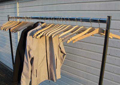 Garderobe-rek met hangers  15,-